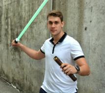 """Valérian est désormais un """"swordsmith"""" accompli. Il pose ici avec le premier sabre qu'il ai jamais fabriqué, et la coque de son modèle Maohi (la version complète est restée à Paris)."""