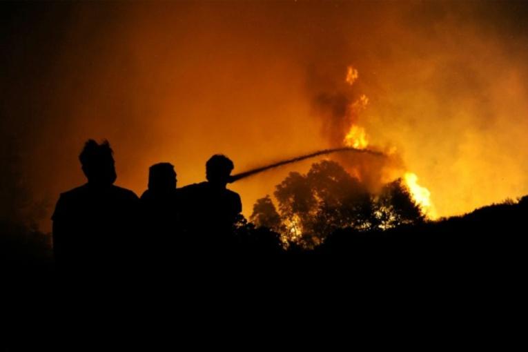 Grèce : incendies dans des zones habitées autour d'Athènes