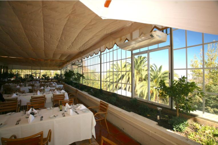 Le grand restaurant, donnant sur les palmiers et les jardins du resort. Au-delà de cette oasis, il n'y a que cactus et épineux. De nombreuses excursions et balades sont organisées pour les résidents dans cet univers très dépaysant.