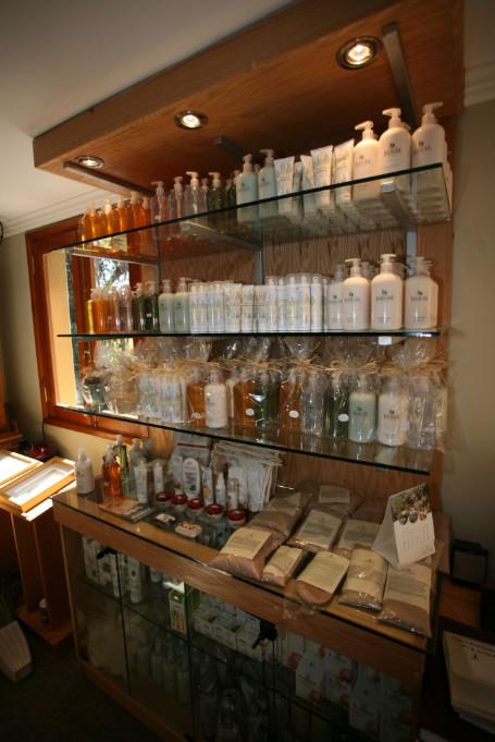 Dans la boutique, produits de beauté, produits bio labellisés Jahuel et autres souvenirs sont, bien entendu, en vente.