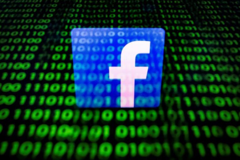 Rattrapé par les scandales, Facebook mord la poussière