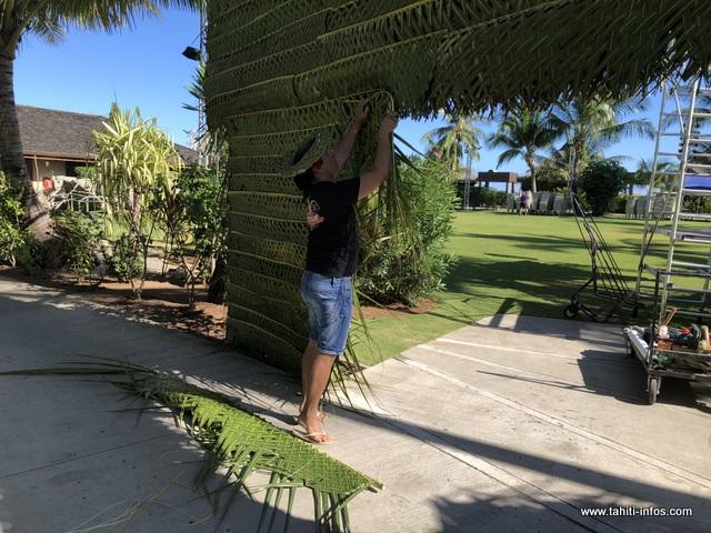 """Vetea Toatiti se charge de la décoration des lieux. Il est aussi le chef du groupe """"Te Tiare nō Beachcomber"""". """"Nous nous sommes organisés aussi au sein de la troupe, pour les répétitions"""", assure-t-il."""