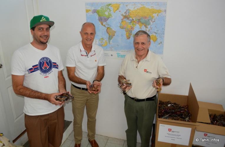 Tevatea de All Freight Polynesia, Florent Roy, délégué de l'Ordre de Malte en Polynésie, et Christian Hivernat, bénévole de l'Ordre.