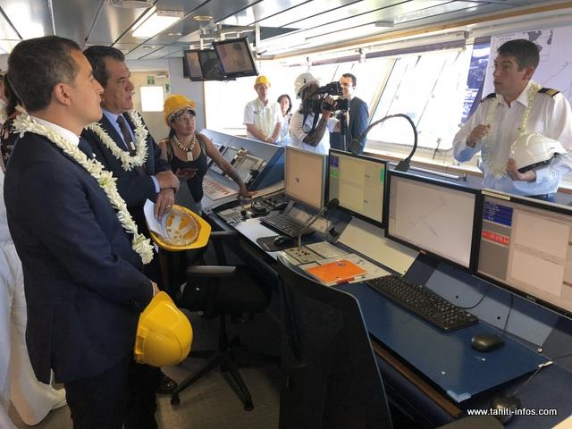 """Le ministre de l'action et des comptes publics, Gérald Darmanin a visité le câblier """"Île de Batz"""", samedi matin."""