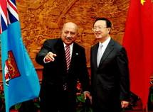 PHOTO : Yang Jiechi, ministre chinois des affaires étrangères et son homologue fidjien Ratu Inoke Kubuabola lors d'une rencontre cette semaine à Pékin (Xinhua)