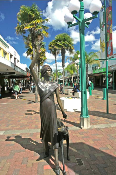 Cette belle dame de bronze, dans une rue piétonne de Napier, pourrait avoir été coulée, il y a 80 ans, par le sculpteur Chiparus….