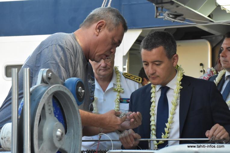 Gérald Darmanin, ici avec Georges Moarii lors de la visite du palangrier Lady Chris 6 lundi matin au port de pêche de Fare Ute.