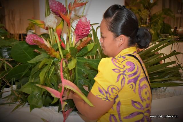Tehina Tamarii se charge de la confection des bouquets.