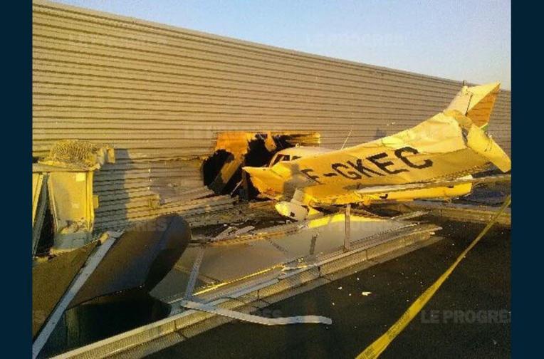 """""""Miracle"""" près de Lyon: deux blessés légers dans le crash d'un avion de tourisme"""