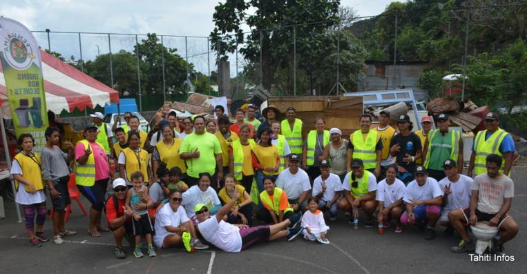 60 bénévoles venus des entreprises, des associations de quartier, des entreprises de gestion des déchets et de l'église mormone ont consacré leur samedi matin à nettoyer Tipaerui.
