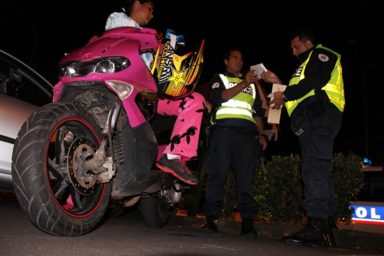 Le texte crée également un délit d'incitation au rodéo et prévoit la confiscation obligatoire des véhicules ayant servi à commettre les infractions.