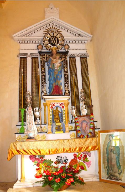 A droite du choeur et du maître autel,  un oratoire est consacré à une Vierge à l'enfant.