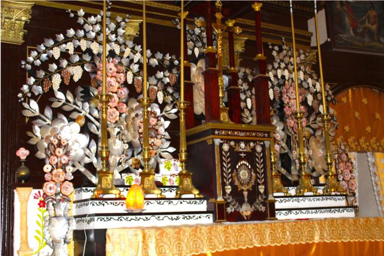 Le maître autel et son tabernacle, de la marqueterie et une profusion de nacre et de divers coquillages (dont des feuilles de vigne en nacre).
