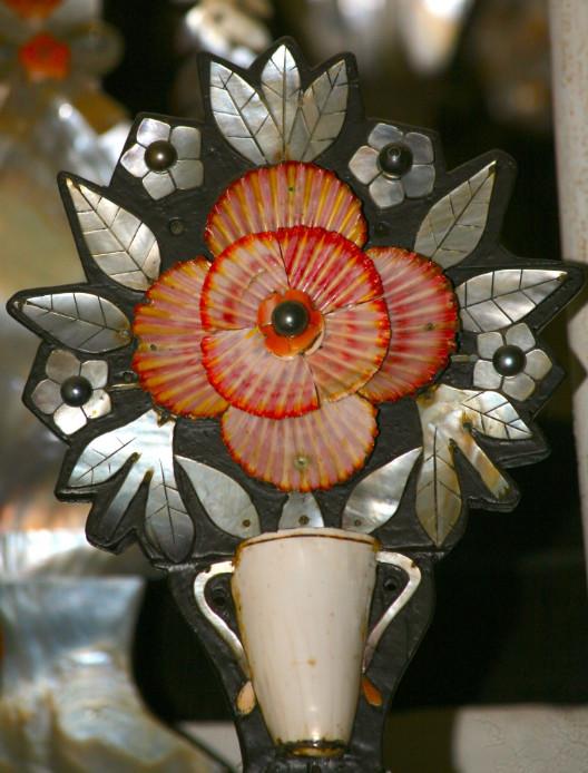 Des nacres, des perles, mais aussi d'autres coquillages, comme ces pectens rouges (Gloripallium pallium), ont été utilisés pour magnifier les décorations.