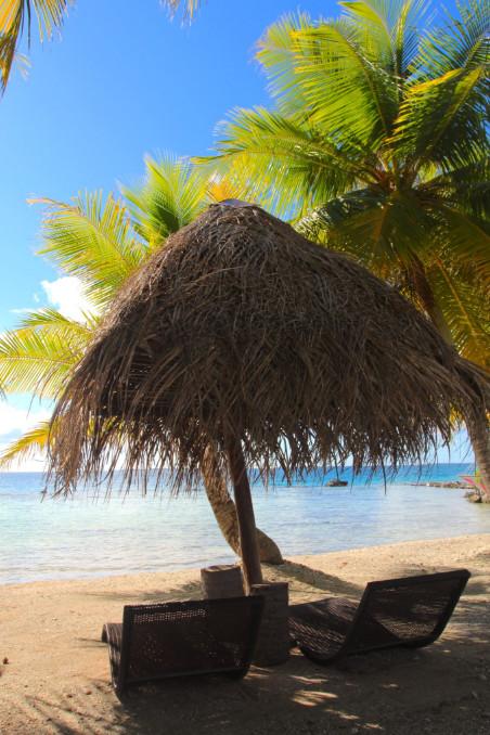 La plage qui fait face à la pension Poenari Nui.