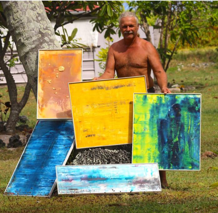 Peintre abstrait coté dans son pays, Manu avoue qu'il aurait pu songer à vivre de sa peinture s'il n'avait opté pour un motu polynésien.