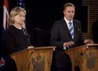 Hillary Clinton accueillie et le ministre des affaires étrangères Murray McCully