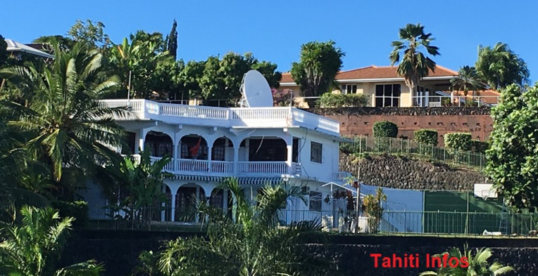 Cette grande villa en bordure du lotissement Taina servait de consulat à la République Populaire de Chine jusqu'à début août. Les diplomates ont dû déménager de quelques centaines de mètres, vers l'immeuble Bellevue, pour résoudre un conflit avec leur propriétaire.