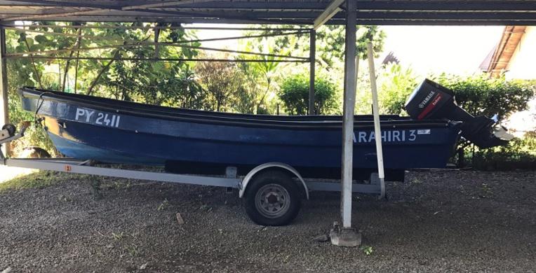 Un bateau des meubles et de nombreuses voitures mises aux enchères