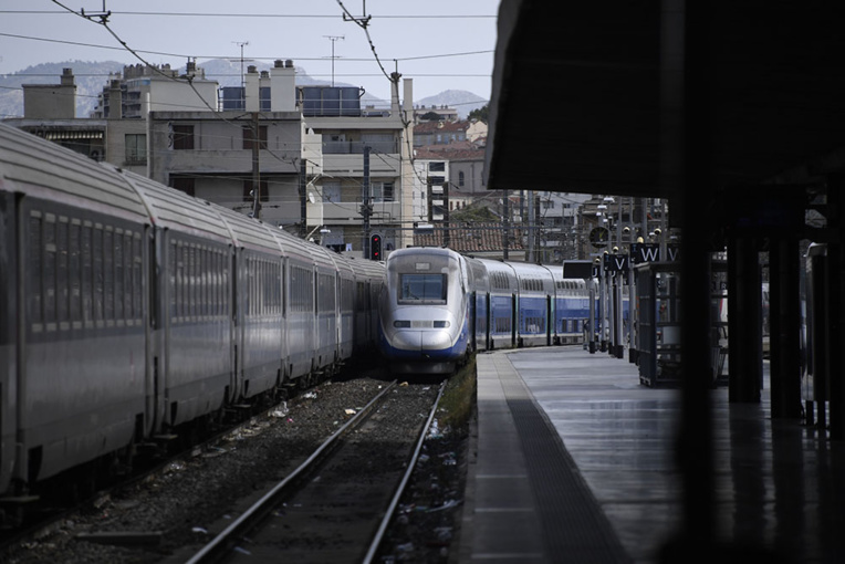 Déraillement TGV à Marseille: les opérations de relevage avancent comme prévu