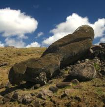 Les Pascuans, dans le passé, ont renversé leurs grandes statues à une période troublée de leur histoire, lorsque le culte des anciens fut abandonné (les moai représentant des ancêtres).