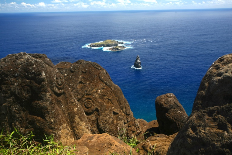 Orongo, sur la lèvre du cratère du Rano Kau fut le dernier lieu de culte des Pascuans avant leur évangélisation à partir de 1866.