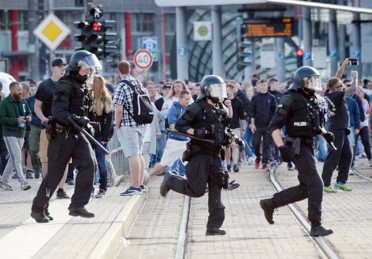 """Manifestations anti-étrangers: Merkel dénonce """"la haine dans la rue"""""""