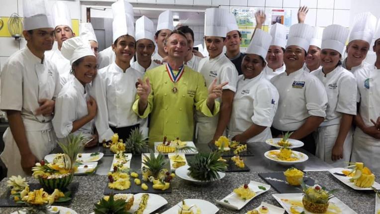 Le chef Frédéric Jaunault avec les élèves du lycée hôtelier de Tahiti.