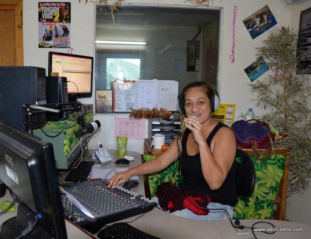 """Sur la photo, une ancienne animatrice de Radio Marquises, Tahia. Aujourd'hui, il ne reste plus qu'une seule animatrice qui assure les """"live"""" de 6 heures à 10 heures, du lundi au vendredi."""
