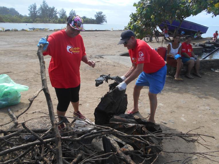 Moorea : Les habitants de Maatea nettoient le lagon