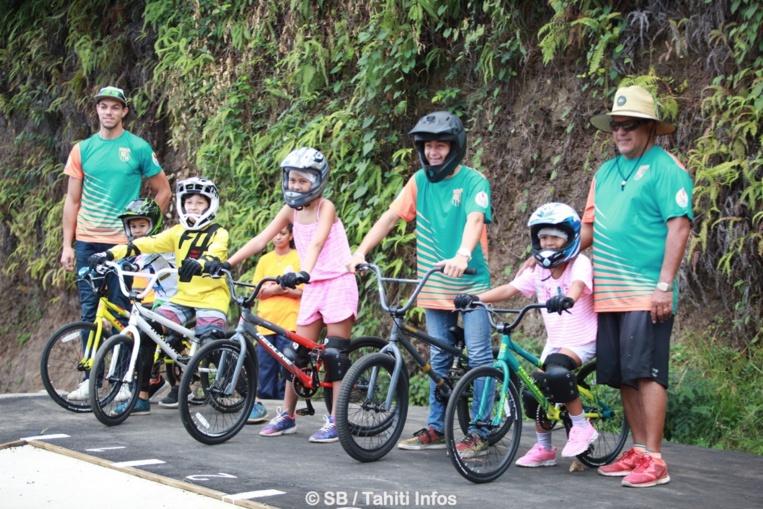 La naissance d'une nouvelle discipline en Polynésie, le BMX race, avec à droite Teva Bernadino, président de FTC