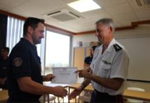 """Richard Marie, directeur régional des douanes remettant l'attestation de stage """"fouille des navires"""" au contrôleur Sam Loiseau."""