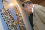 """L'ancien Premier ministre Michel Rocard regarde une œuvre célébrant la poignée de main entre le député """"caldoche"""" Jacques Lafleur et le leader indépendantiste kanak Jean-Marie Tjibaou en 1988, exposée au Centre Culturel Tjibaou à Nouméa le 26 ma"""