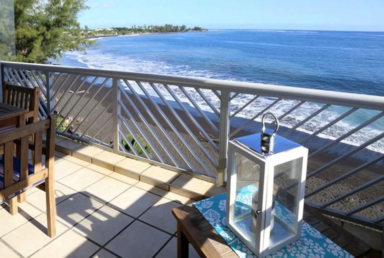 Le coquet duplex de 70 mètres carrés qui surplombe la plage à Punaauia est sous-loué à temps plein par une locataire indélicate, aux dépens des propriétaires du bien. (Photo prise sur le site Airbnb).