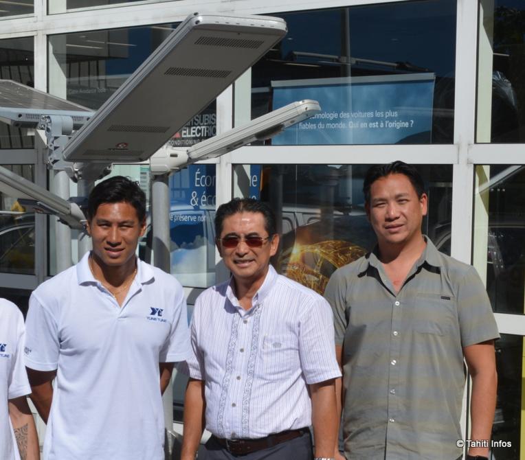 Christian Lausan entouré de son équipe. Ils posent devant leur modèle de lampadaire solaire, à LED et programmable, idéal pour les lieux isolés.
