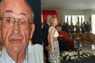 Isabelle Lafleur, la fille de l'ancien député de Nouvelle-Calédonie Jacques Lafleur, se recueille devant le cercueil de son père lors d'une chapelle ardente ouverte au public, le 09 décembre 2010 à Nouméa. M. Lafleur, 78 ans, a été terrassé par
