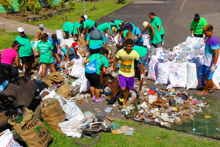 Plus d'une centaine de volontaires ont répondu présent samedi pour cette seconde édition (crédit photo : commune de Paea).