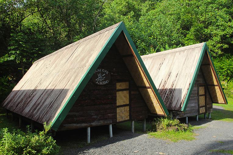 Les bungalows pour dormir sont rustiques, mais vastes, puisque pouvant accueillir quatre personnes (à condition d'amener son sac de couchage et sa moustiquaire).