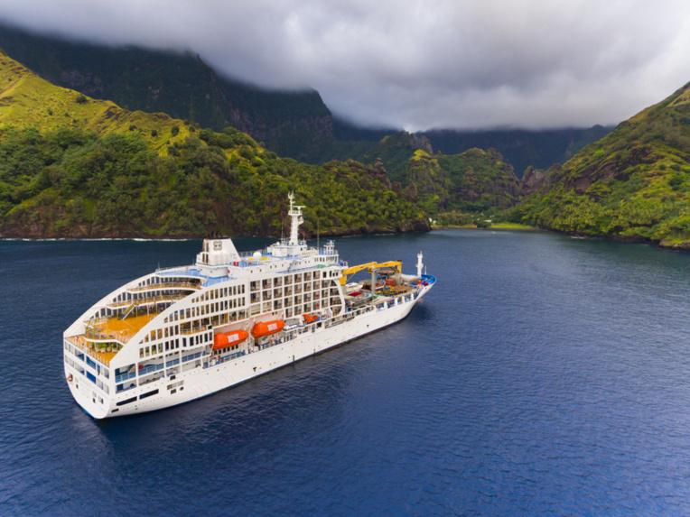 L'Aranui 5 est en service depuis 2015. Le concept original de mélanger un cargo avec une croisière de luxe a fait ses preuves, et ses croisières vers les Marquises affichent un taux de remplissage proche de la saturation selon son armateur. La croisière spéciale vers Pitcairn est déjà quasiment pleine ! (photo de l'Aranui à Fatu Hiva)
