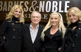 Hugh Hefner en compagnie de  Crystal Harris et des jumelles Karissa et Kristina Shannon.  ag/sj/lum