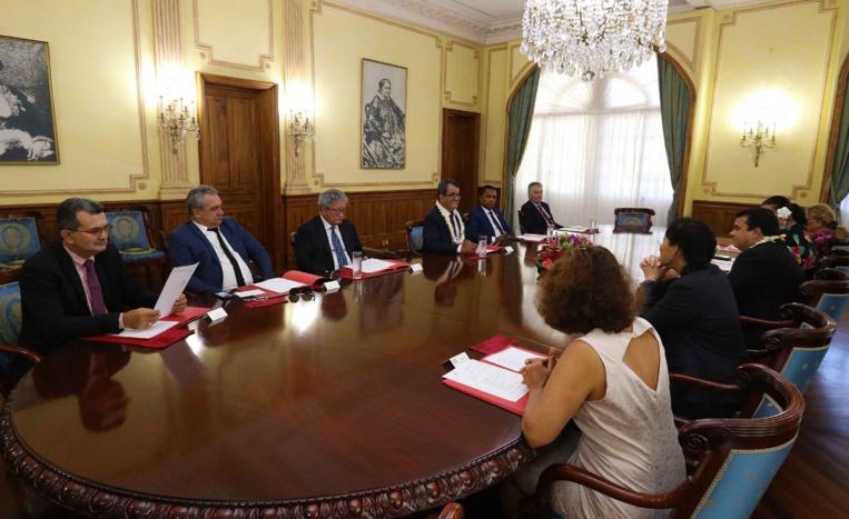 La fonction gouvernementale est exercée par l'ensemble des ministres, au sein du conseil des ministres, qui se réunit sous la direction du Président du pays.
