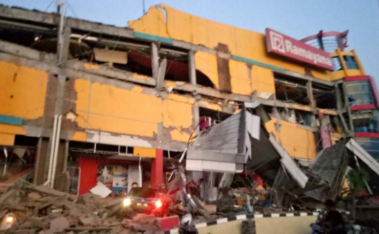 """Indonésie: un fort séisme de 7,5 frappe les Célèbes, """"nombreux"""" bâtiments détruits"""
