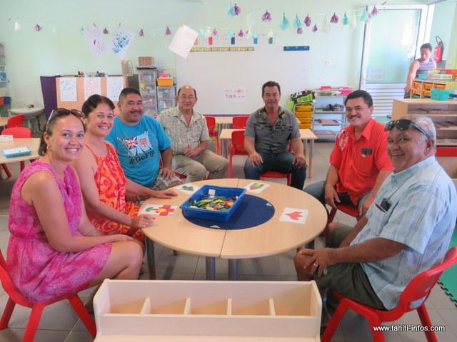 Le maire de Moorea-Maiao, Evans Haumani, l'inspecteur de l'éducation nationale, Pierre Chin Meun ainsi que quelques élus de l'ile sœur ont pu tester le nouveau mobilier de l'école de Teavaro.