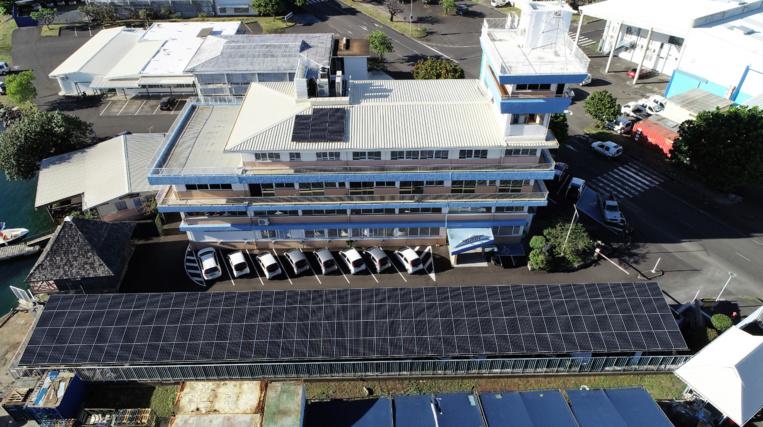 Un générateur photovoltaïque, réparti sur les toitures des parkings et du bâtiment pour une puissance crête de 99.7 kWc a été installé. Crédit PAP