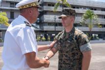 Le contre-amiral Laurent Lebreton, commandant supérieur des Forces armées en Polynésie française et le capitaine américain Scott Blackson, chef de la force d'intervention. Crédit Cindy Luu.