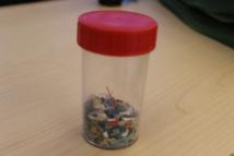 Ce petit bocal, rempli de microparticules de plastique, a été recueilli par les membres de la Fondation sur la plage de Anakena à l'île de Pâques.