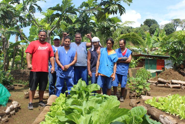 Une partie des jardiniers en herbe du centre Taatira Huma Tahiti Iti à Taravao devant leur fa'a'apu.