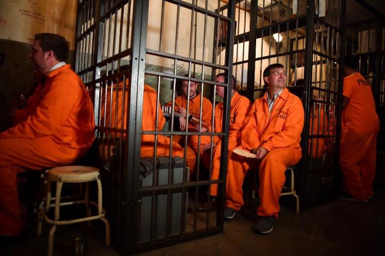 Cellules à barreaux et uniformes de détenus dans un bar-concept londonien