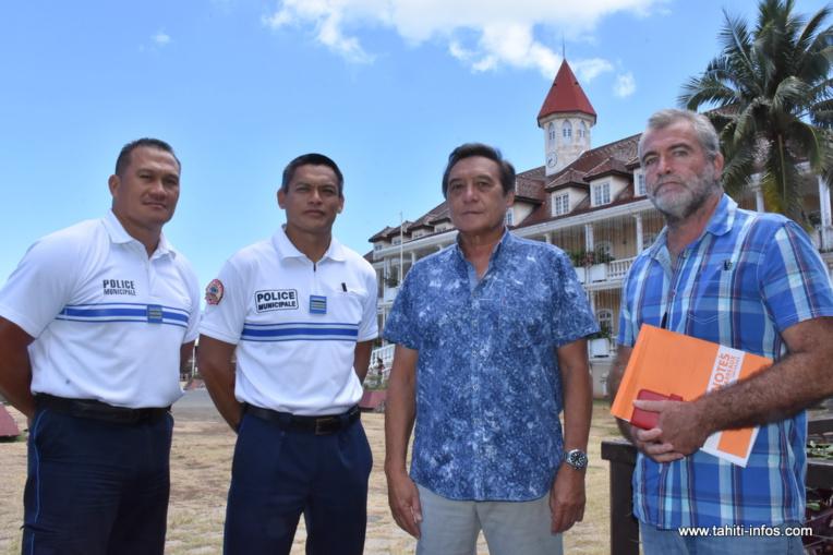 Le tāvana Michel Buillard entouré des responsables de la police municipale et du directeur général des services de Papeete.
