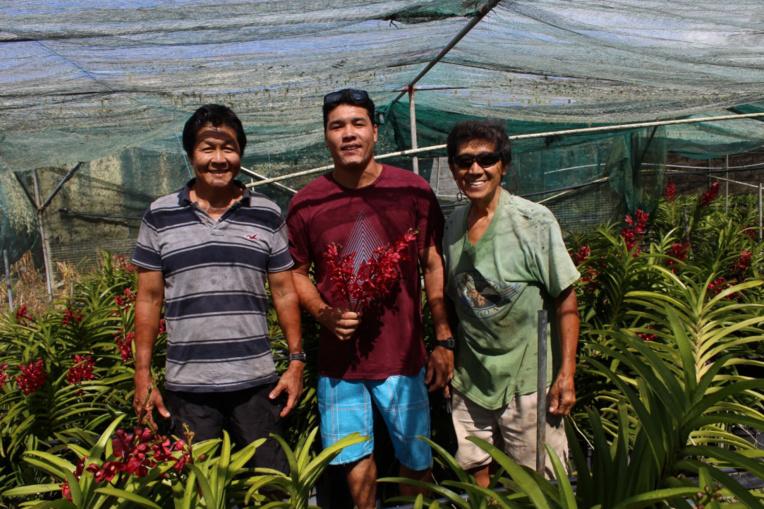 Trois générations d'éleveurs d'orchidées heureux et passionnés : de gauche à droite, Wilfrid, Keanu et Christian Moux.